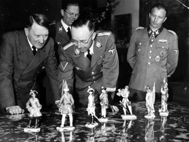 Генрих Гиммлер дарит фигуры Allach Гитлеру к его 55-ому дню рождения 20 апреля 1944, Оберзальсберг.